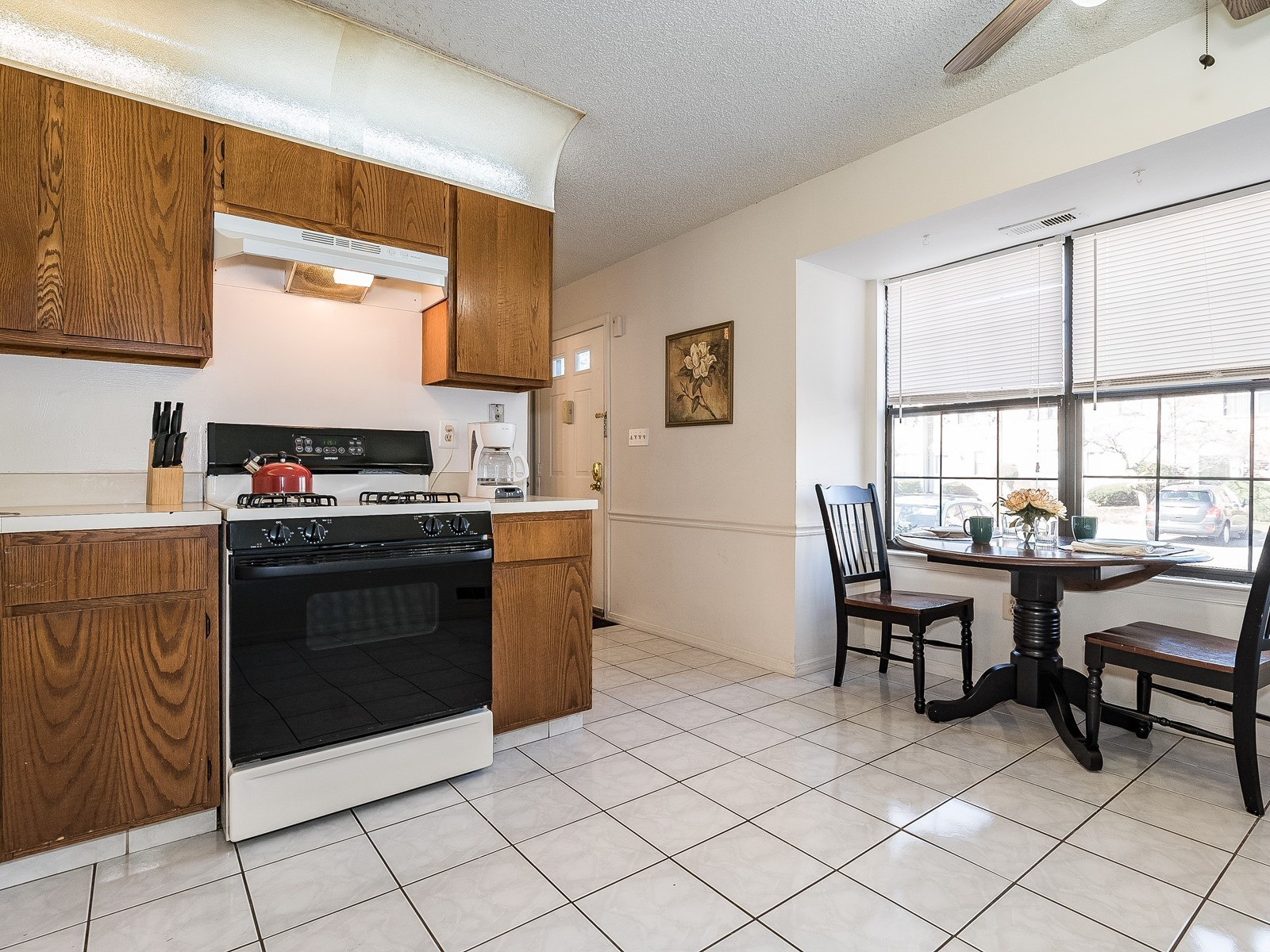 Piscataway 147 Furnished housing kitchen and small dining table