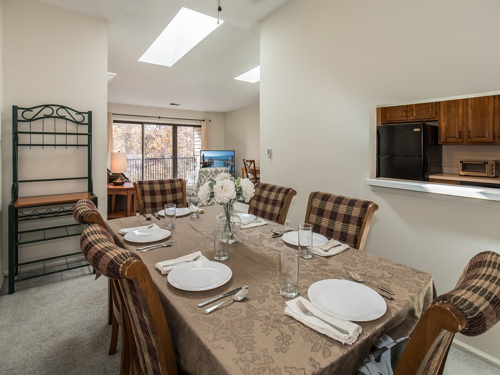 Piscataway 260 short term rental dining room with table for 6 and alcove into kitchen