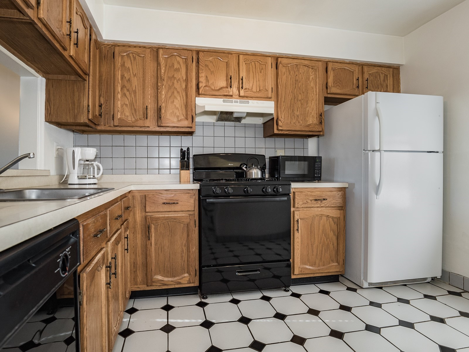 Woodbridge 404 Furnished Apartment with fridge, oven, stove and microwave