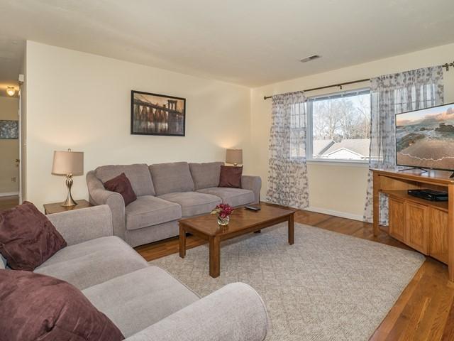 1_Bridgewater-short-term-rental_Living Room